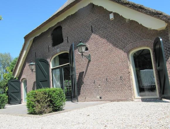 Houten vensterluiken op woonboerderij