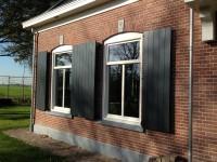 ramen met opgeklampte houten luiken