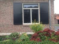 voorbeeld raam met houten paneel luik