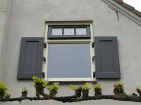 raam met kleine houten paneel luiken